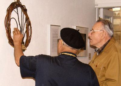 Gentlemen examining Marie Saretsky's Tree of Life wreath.