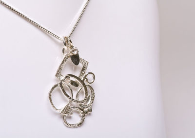 Necklace by Maureen Johnson. Photography by Gary Robins.